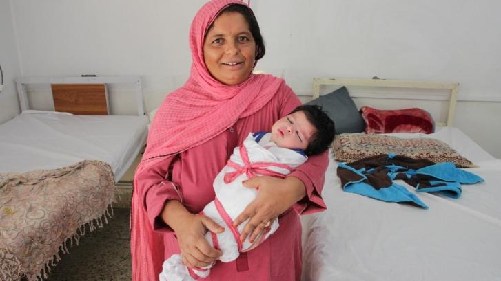 El mal de ojo es un problema para el cuidado de niños y niñas en Pakistán  /  Shakeela y su bebé recién nacido, Muza Milshah. Laurie Bonnaud/MSFwww.msf.es